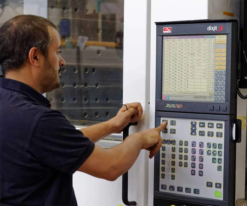 Control-system - for production management, training, quality follow-up and service